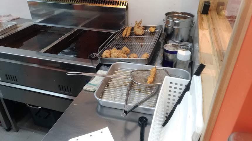 輝鶏 博多住吉店のオススメ「鶏皮の串揚げ」は揚げたて